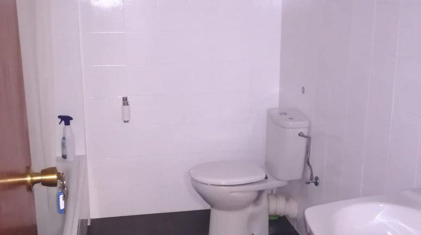 Baño reformado de la oficina 806